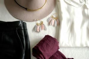 Un look de mi-saison : chapeau, collants, short en cuir, petite chemise et divers accessoires pour une journée bien dans ses baskets !
