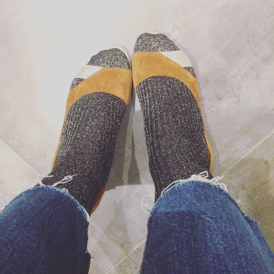 Escarpins ouverts et chaussettes lurex