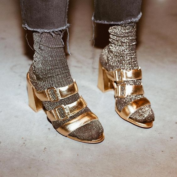 Escarpins ouverts dorés et chaussettes à paillettes