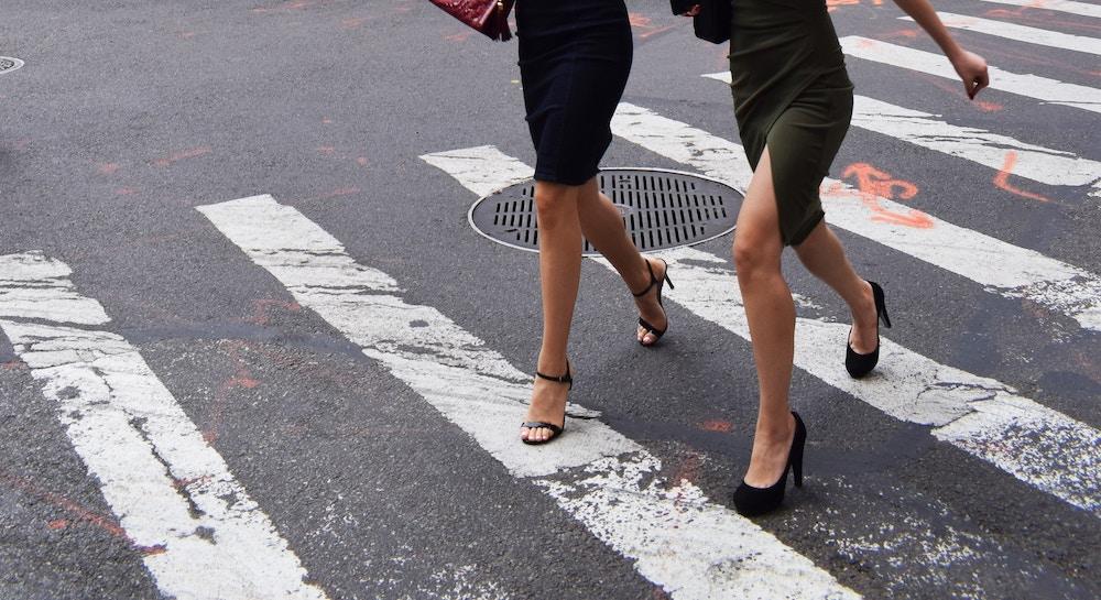 Porter des talons empêche la pompe veineuse de se mettre en marche correctement, on essaye donc de mettre ses jambes en l'air le soir pour les soulager