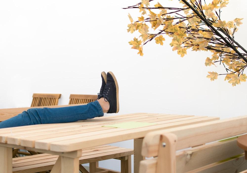 Apprendre à se détendre en surélevant ses gambettes et en pratiquant la respiration carrée
