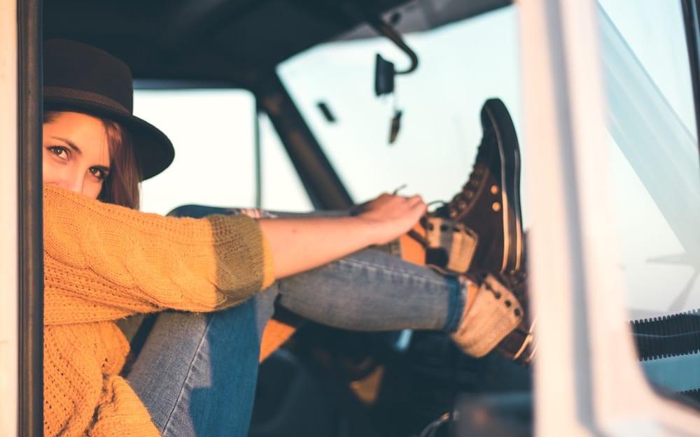 Porter des bas de contention pour survivre à un long trajet en voiture
