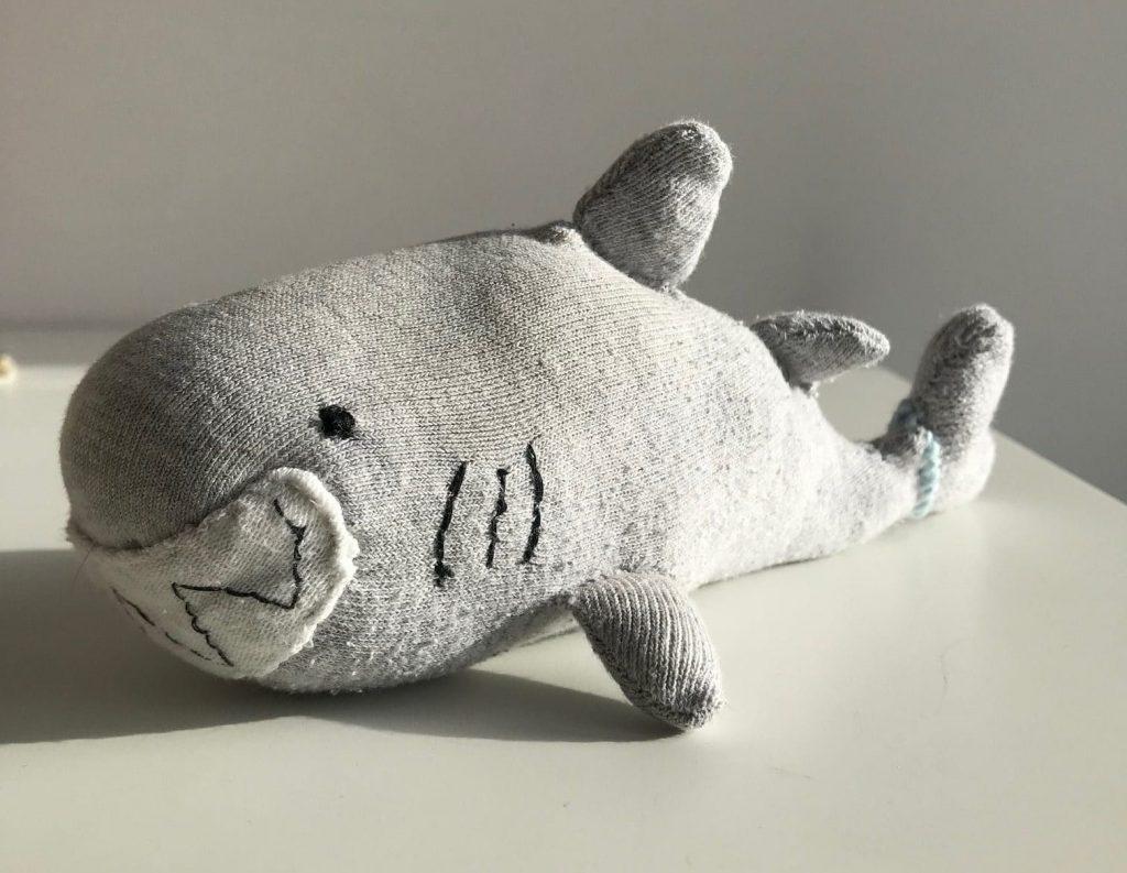 Recycler les chaussettes orphelines en créant une peluche requin