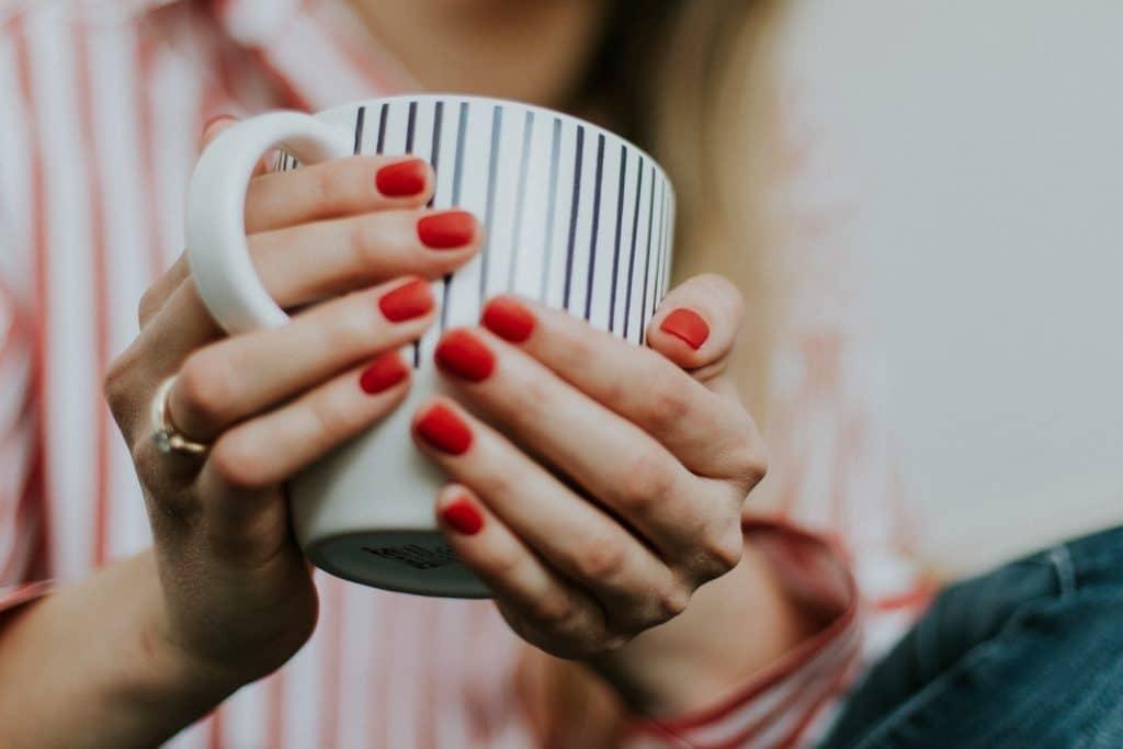 Recycler les chaussettes orphelines en fabriquant un protège-mug
